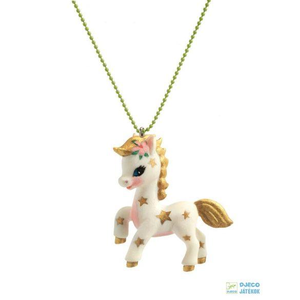 Poney Lovely Charmes 55 cm-es Djeco nyaklánc lovas medállal
